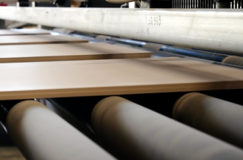 A importância da resistência química da borracha na linha de pintura da indústria moveleira